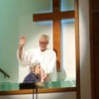 """Idosa de 94 anos é batizada nas águas e diz: """"Nunca é tarde demais para conhecer Jesus"""""""